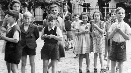 Children_playing_at_Theresienstadt_during_the_Red_Cross_visit