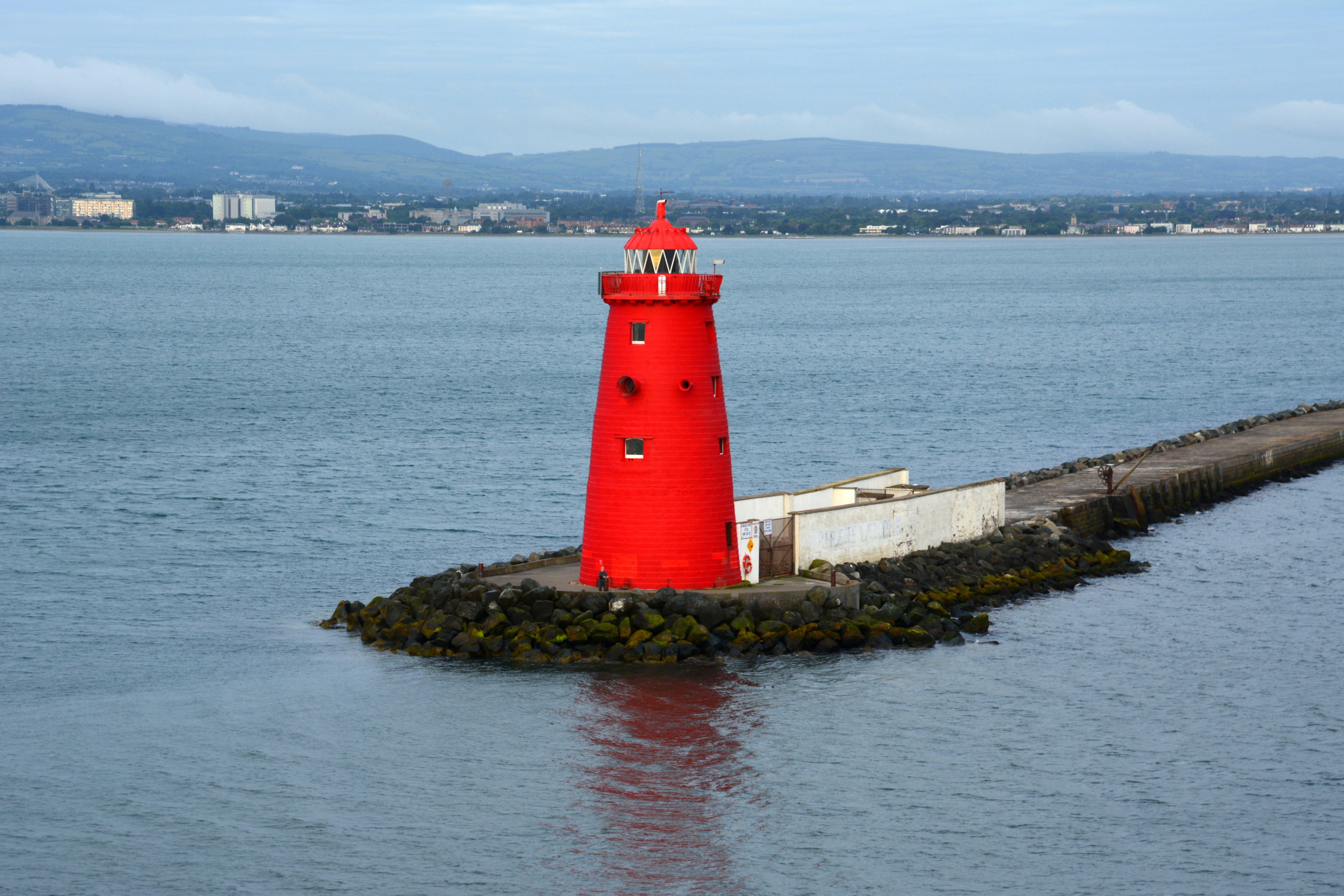 Poolbeg_lighthouse,_marking_the_sea_end_of_Great_Bull_Wall_at_the_entrance_of_Dublin_Port