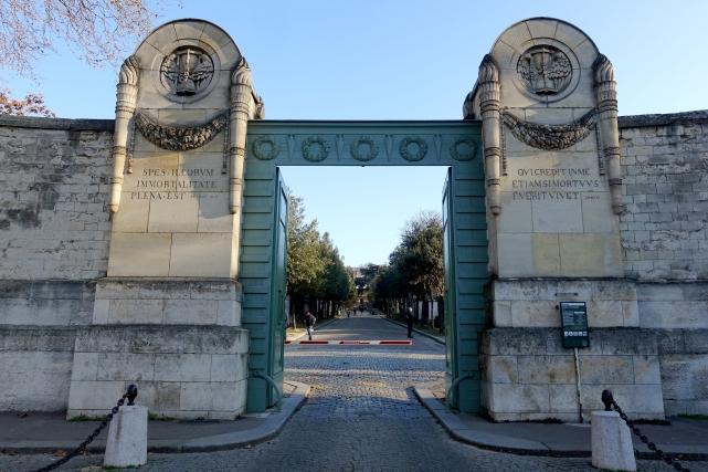 Entrance_gate,_Père_Lachaise_Cemetery,_Paris_4_December_2016_002